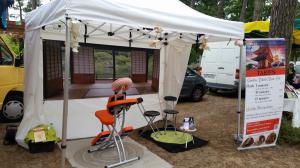 silvia shiatsu biarritz sur un marché d'été. Sur chaise.